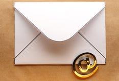 在信封的电子邮件标志 免版税库存照片