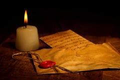 在信封的葡萄酒信件与蜡封印 库存照片