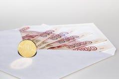 在信封的钞票 免版税库存照片