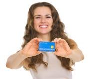 在信用卡的特写镜头在愉快的妇女的手 免版税库存图片