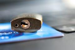 在信用卡,膝上型计算机的挂锁 库存照片