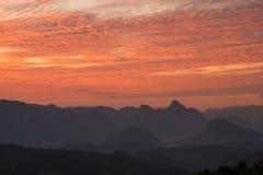 在修士Crubasai -泰国的红色天空观点 免版税图库摄影