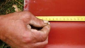 在修建房子的工作 E 人工作在测量与统治者的板岩做一个标号 股票视频