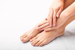 在修指甲和修脚以后的妇女 免版税库存图片
