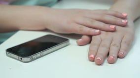 在修指甲以后的女孩的手 递特写镜头 股票录像