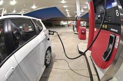在修改过的加油站的加油的小经济汽车 库存图片