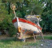 在修理的岸的渔船在森林 库存图片