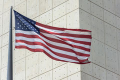 在修造在纽约的联合国之外的旗子 免版税库存照片
