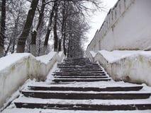 在修道院墙壁的楼梯 免版税库存照片