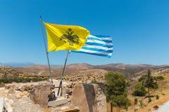 在修道院屋顶的国旗Messara谷的在克利特海岛在希腊。 免版税图库摄影