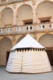 在修道院庭院的帐篷在Jicin 免版税图库摄影