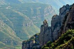 在修道院旁边的蒙特塞拉特山 库存图片