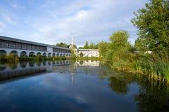 在修道院池塘的9月早晨 上帝假定修道院,俄罗斯的Tikhvin母亲 图库摄影