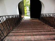 在修道院的门后 免版税库存照片
