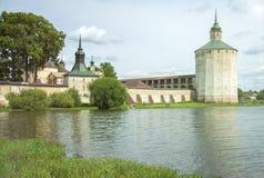 在修道院附近的湖 图库摄影