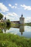 在修道院附近的湖 免版税库存图片