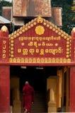 在修道院Hsipaw缅甸前面的红色修士 库存照片