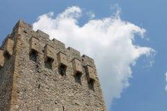 在修道院Manasija上的天空在塞尔维亚 免版税图库摄影