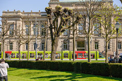 在修建史特拉斯堡,法国的剧院前面的电车轨道 免版税库存图片