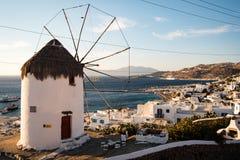 在俯视口岸的米科诺斯岛的风车在日落 图库摄影