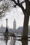 在俯视大笨钟的泰晤士的公园长椅 库存图片
