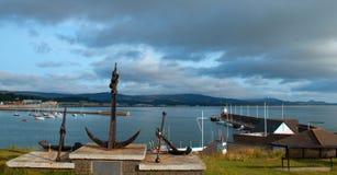 在俯视大西洋和威克洛爱尔兰的公园的大炮和船锚纪念碑怀有 库存照片