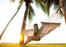 在俯视山的热带棕榈树的吊床 图库摄影