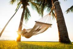 在俯视山的热带棕榈树的吊床 免版税图库摄影