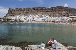 在俯视海湾的防堤的家庭在Puerto在大加那利岛的de Mogan 免版税图库摄影