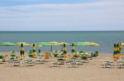 在俯视海的海滩的伞 免版税库存图片