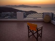 在俯视港口的阳台的Î ` n橙色木椅子 库存照片