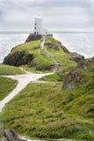 在俯视爱尔兰海的小山的灯塔。 免版税库存图片