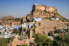 在俯视蓝色城市,乔德普尔城,拉贾斯坦,印度的午间光的Mehrangarh Mehran堡垒 库存照片