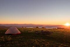 在俯视阿巴拉契亚山脉的美洲越桔瘤的帐篷 免版税库存图片