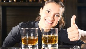 在俱乐部的夜生活 女性男服务员在葡萄酒杯把酒精鸡尾酒放在酒吧柜台上 酒吧和鸡尾酒概念 股票录像