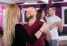 在俱乐部的小组跳舞 库存照片