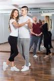 在俱乐部的小组跳舞 库存图片