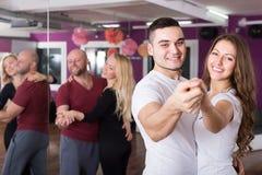 在俱乐部的小组跳舞 图库摄影