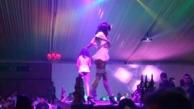 在俱乐部的性感的舞蹈家和光展示