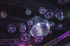 在俱乐部的镜子球 免版税库存照片