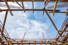 在倾吐的具体低角度视图前的混凝土建筑站点 图库摄影