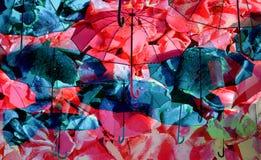在倾吐的雨雨下的五颜六色的伞