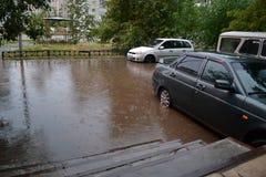 在倾吐的雨以后的大水池 免版税库存图片