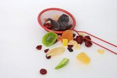 在倾吐的餐馆沙拉的主厨概念食物新鲜的厨房油橄榄 免版税库存照片