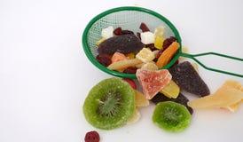 在倾吐的餐馆沙拉的主厨概念食物新鲜的厨房油橄榄 库存照片