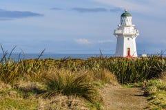 在倾斜点,新西兰附近的老ligthouse 免版税库存照片