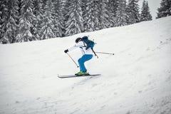 在倾斜的人滑雪 库存图片