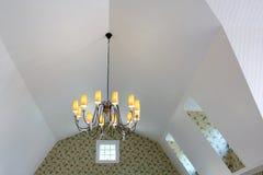 在倾斜的天花板的枝形吊灯吊 图库摄影