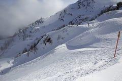 在倾斜的山skitrack 库存图片
