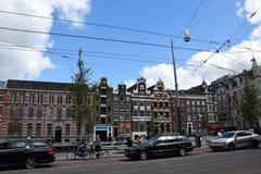在倾斜的运河议院的看法在Rokin街上在阿姆斯特丹,荷兰,荷兰 免版税库存照片
